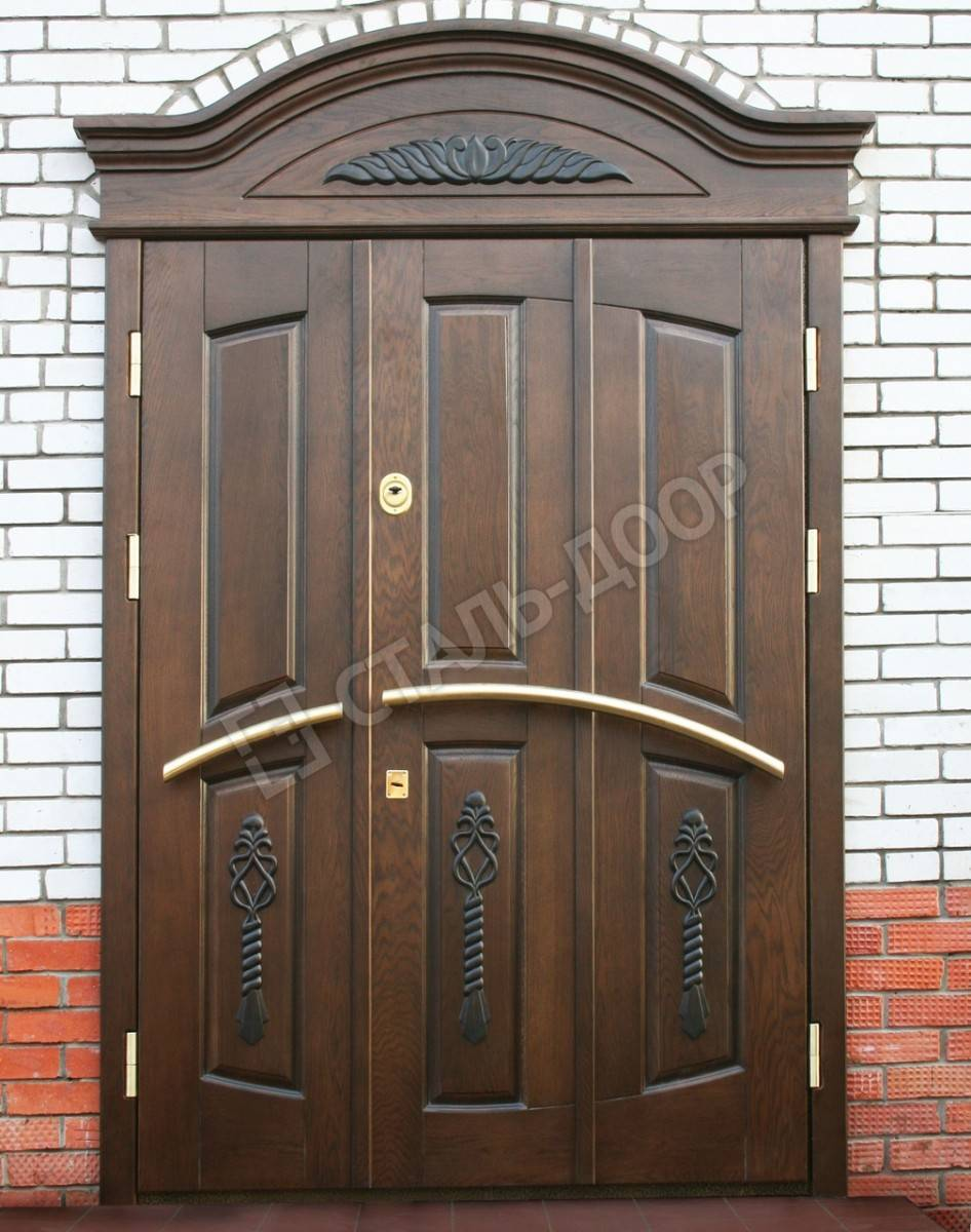 Металлическая дверь в подъезд с отделкой массивом и фрамугой