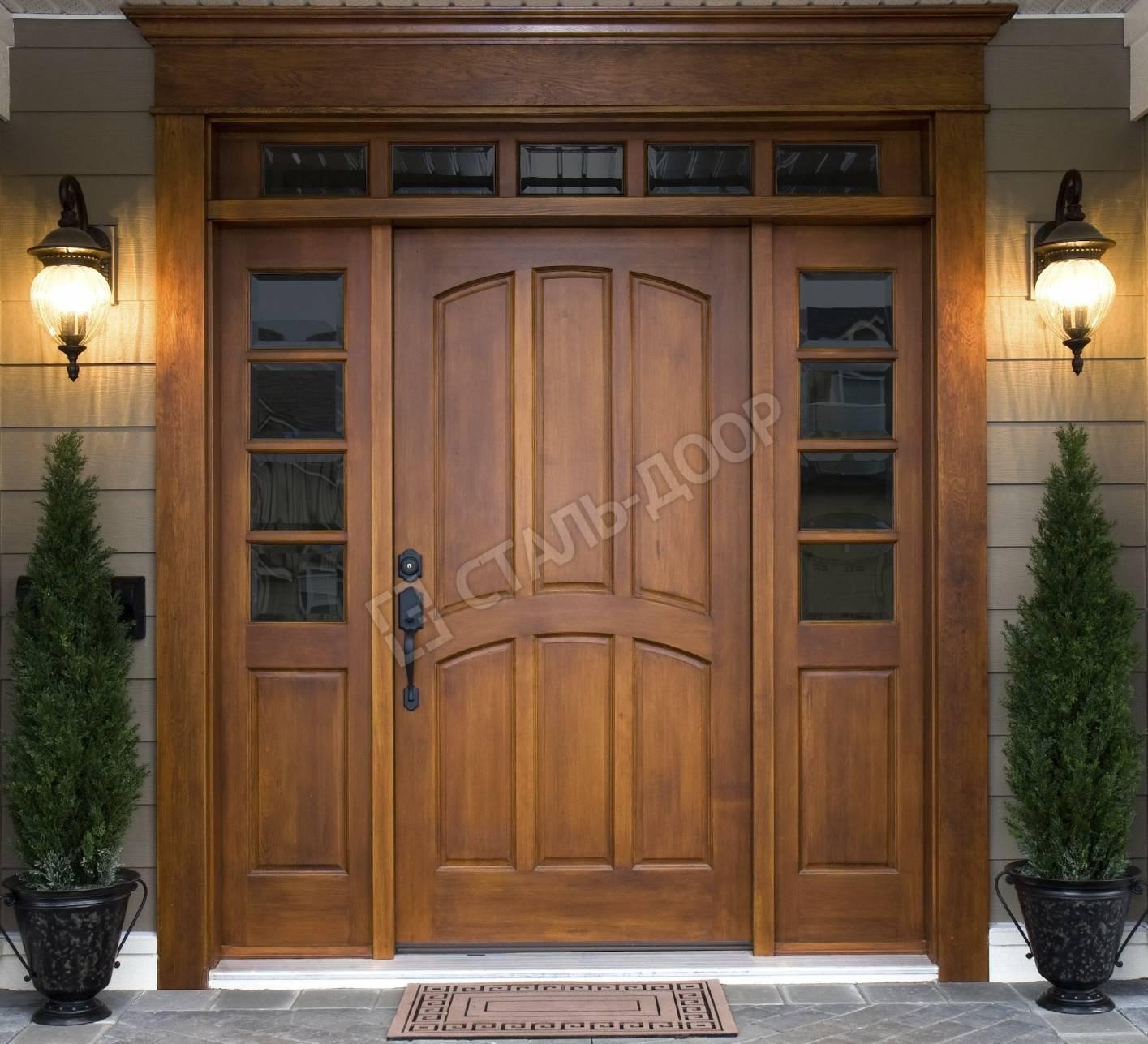 Парадная трёхстворчатая дверь из массива со стеклом и фрамугой