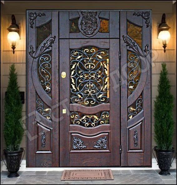 Трёхстворчатая элитная дверь из массива для коттеджа со стеклом и ковкой